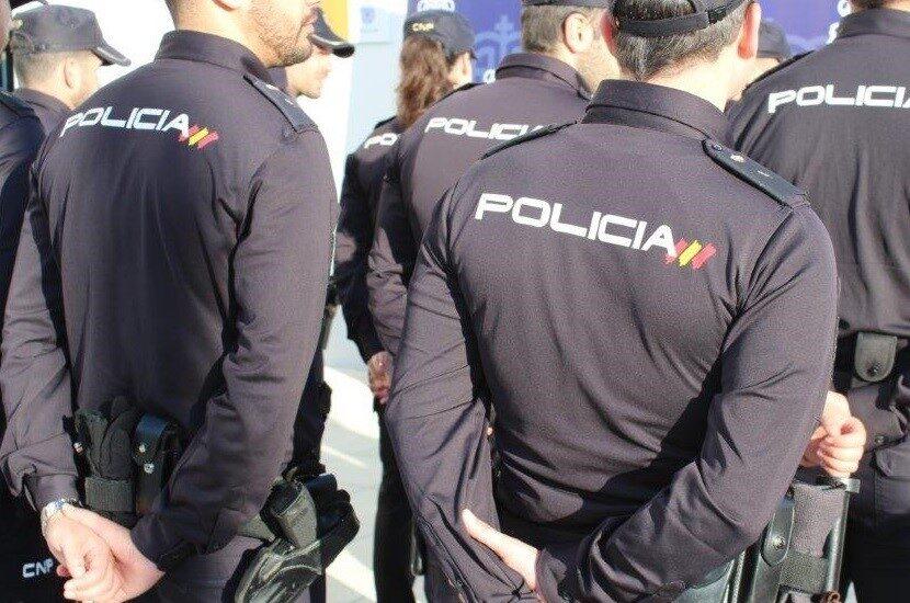 Agentes de la Policía Nacional, en acto de servicio.