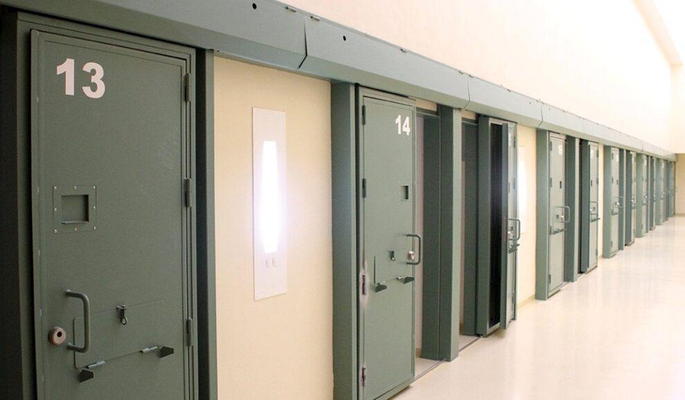 Acceso a las celdas de una prisión española.