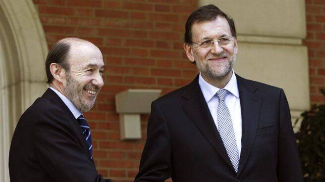Rajoy y Rubalcaba en su primera reunión en Moncloa en febrero de 2012