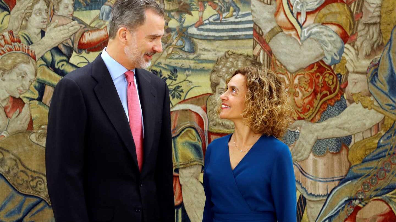 El Rey Felipe junto a Meritxell Batet.