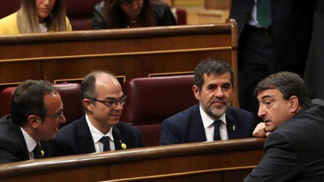 Josep Rull, Jordi Turull y Jordi Sànchez hablan este martes con el diputado del PNV Aitor Esteban en el Congreso.