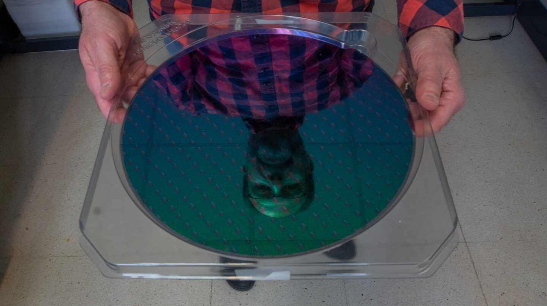 El físico Ignacio Mártil sostiene una oblea de silicio