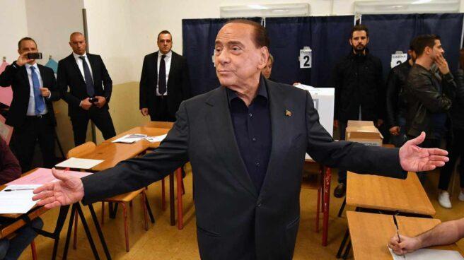 Silvio Berlusconi, tras votar en las elecciones europeas.