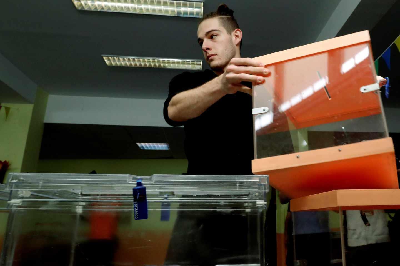 Preparativos electorales en un colegio.