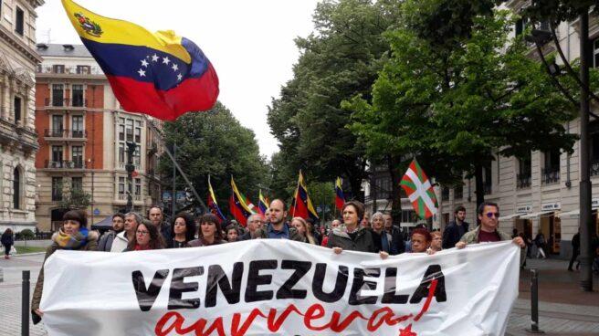 Manifestantes pro-Maduro marchan por el centro de Bilbao.