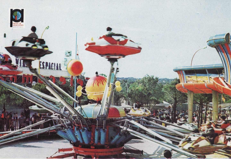 La atracción Telecombate consistía en 12 góndolas con aspecto de naves espaciales que daban vueltas a un eje central.
