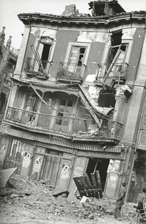 Daños producidos en un edificio de la plaza Seis de Agosto por los bombardeos de la aviación franquista. Gijón, 14 de octubre de 1937. Constantino Suárez. Museo del Pueblo de Asturias