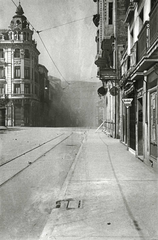 Vista del impacto de una bomba en la calle Pelayo, tomada desde la puerta del establecimiento del fotógrafo. Oviedo, 1936. Florentino López «Floro». Museo del Pueblo de Asturias