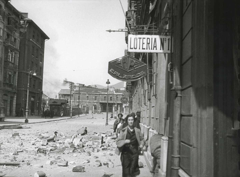 Civiles huyendo por la calle Uría durante un bombardeo del ejército republicano a la Estación de Ferrocarril del Norte. Oviedo, 1936. Florentino López, «Floro». Museo del Pueblo de