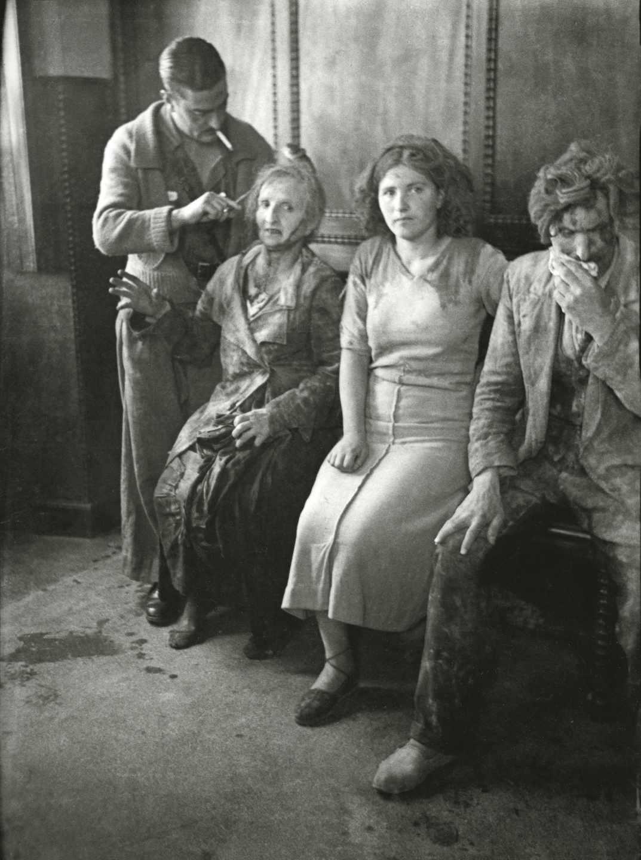 Asistencia en la Casa de Socorro a civiles heridos durante un bombardeo del ejército republicano. Oviedo, 1936. Florentino López, «Floro». Museo del Pueblo de Asturias