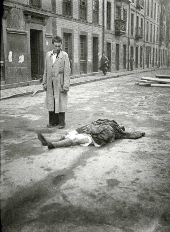 Ante el cadáver de una mujer en la calle San Bernabé. Oviedo, 1936. Florentino López, «Floro». Museo del Pueblo de Asturias