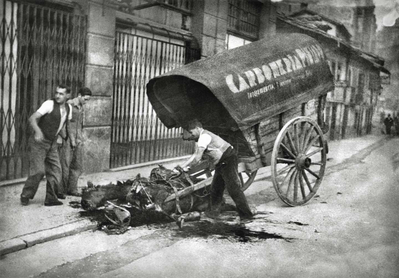 Cola de milicianos republicanos para recibir el rancho durante la ofensiva de Oviedo, 3 de marzo de 1937. Constantino Suárez. Museo del Pueblo de Asturias