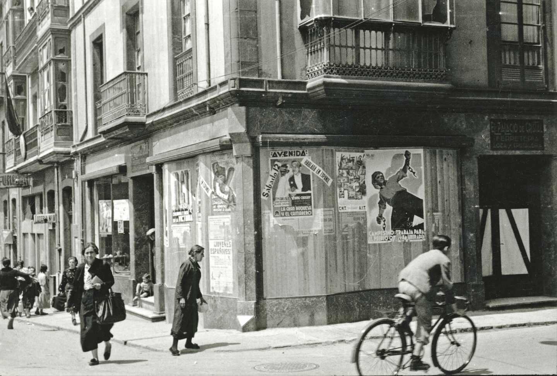 Carteles propagandísticos del Frente Popular en una calle de Gijón. 14 de junio de 1937. Constantino Suárez. Museo del Pueblo de Asturias