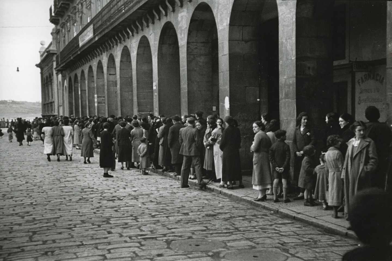 Cola en la Plaza Mayor para obtener víveres en la Pescadería Municipal. Gijón, 14 de febrero de 1937. Constantino Suárez. Museo del Pueblo de Asturias.