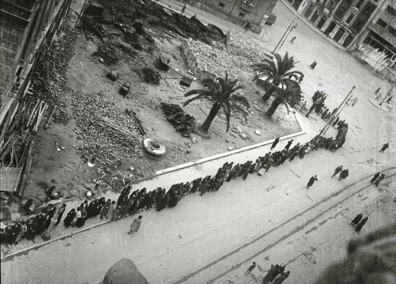Cola a la espera de un convoy con suministros en la calle Argüelles. Oviedo, 1936. Florentino López, «Floro». Museo del Pueblo de Asturias.