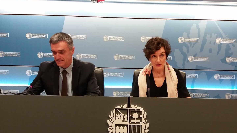 El secretario de Convivencia y Derechos Humanos del Gobierno vasco, Jonan Fernández, junto a la directora de EiTB, Maite Iturbe.