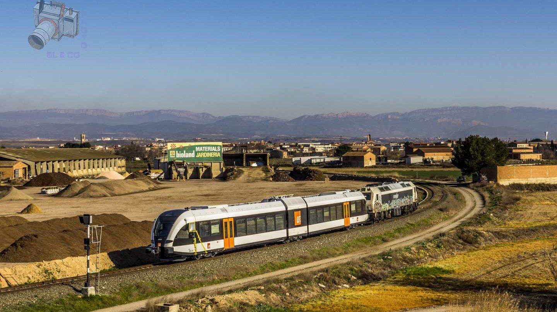 Un tren de FGC realiza pruebas en la línea Lleida-La Pobla cerca de Balaguer.