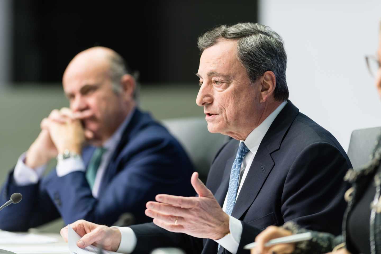 Draghi admite que el BCE debate un nuevo recorte de tipos ante la debilidad de Europa.