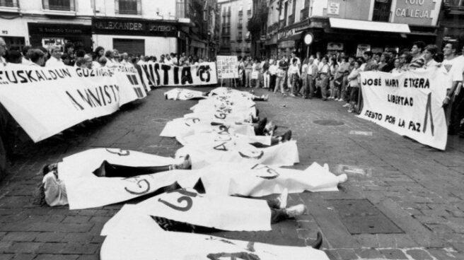 Concentración de Gesto por la Paz y contramanifestación de Gestoras Pro Amnistía.