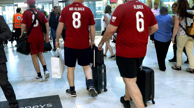 Aficionados del Liverpool, en el Aeropuerto Adolfo Suárez-Barajas.