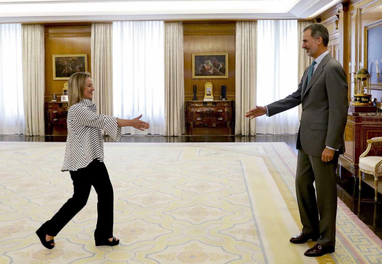 El rey Felipe VI saluda a la portavoz de Coalición Canaria, Ana Oramas.