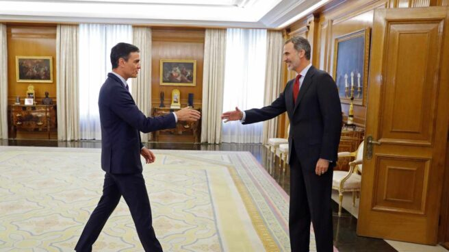 Pedro Sánchez saluda al Rey en la Zarzuela.
