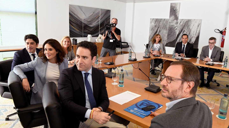 Momentos antes de la reunión entre los miembros de PP y Cs en la Comunidad de Madrid.