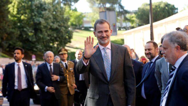 El Rey Felipe saluda a su llegada a la corrida de la Beneficencia.