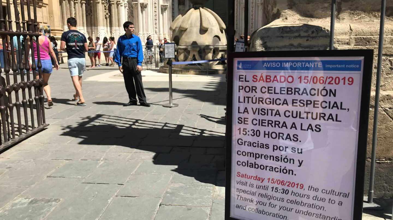 Un cartel anuncia las restricciones en Sevilla por la boda.