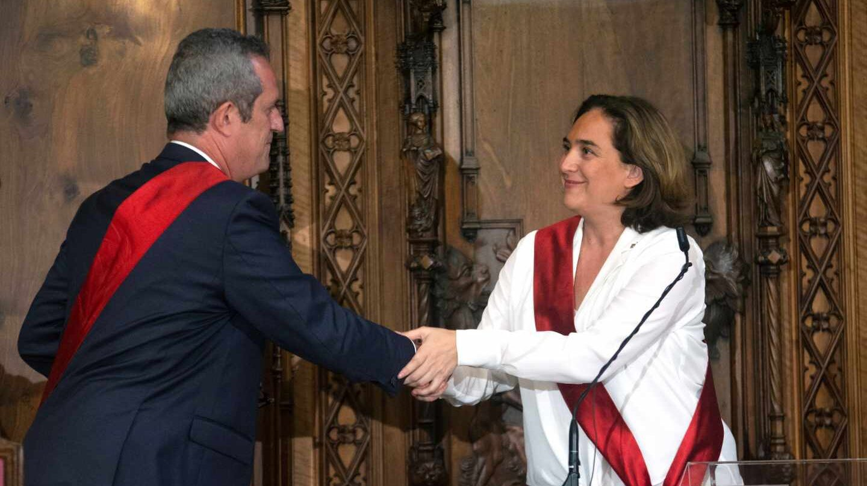 Joaquim Forn saluda a Ada Colau.