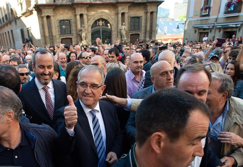 El alcalde de Pamplona, Enrique Maya, a la salida del ayuntamiento tras ser elegido.