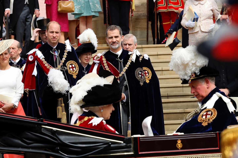 El rey Felipe VI junto al príncipe Guillermo de Inglaterra, observan a la reina Isabel II y al príncipe Carlos.