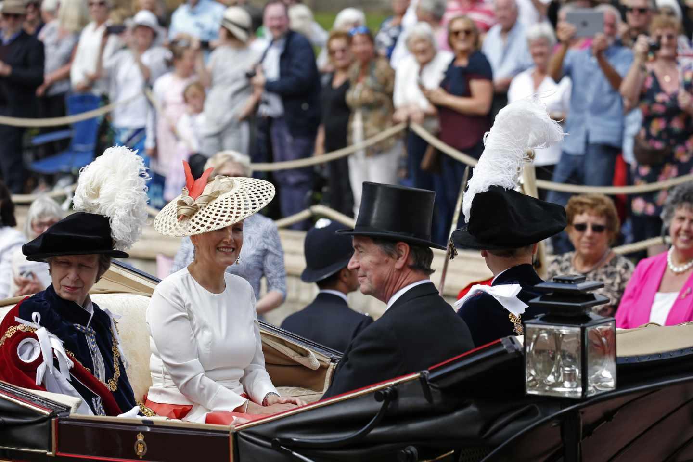 La princesa Ana de Inglaterra, junto a su esposo Timothy Laurence y Sophie de Wessex, esposa del príncipe Eduardo de Inglaterra.