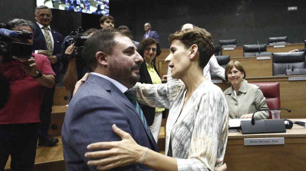 La socialista María Chivite felicita al nuevo presidente del Parlamento de Navarra, Unai Hualde.