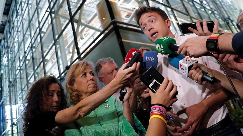 Iñigo Errejón atiende a los medios.