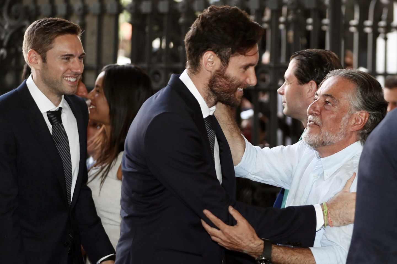 Pepu Hernández felicita a Rudy Fernández.