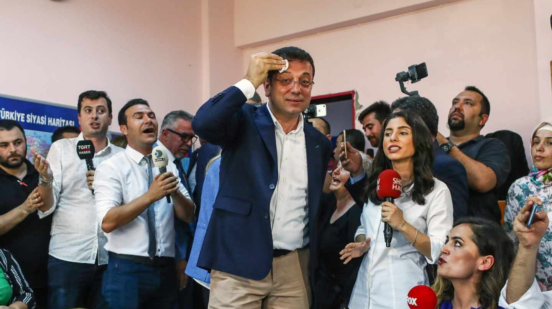 El candidato del partido socialdemócrata CHP a la alcaldía de Estambul, Ekrem Imamoglu, a su llegada a un colegio electoral de Estambul