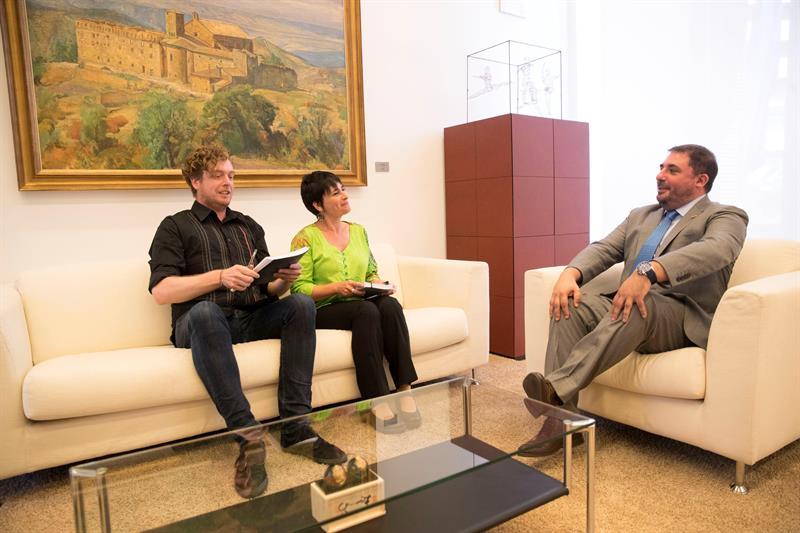 Los representantes de EH Bildu junto al presidente del Parlamento de Navarra, Unai Hualde.