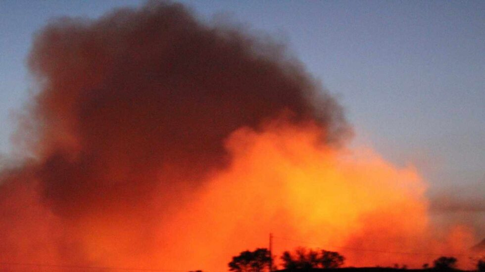 Vista de las llamas producidas por incendio forestal que se ha declarado en Almorox (Toledo)