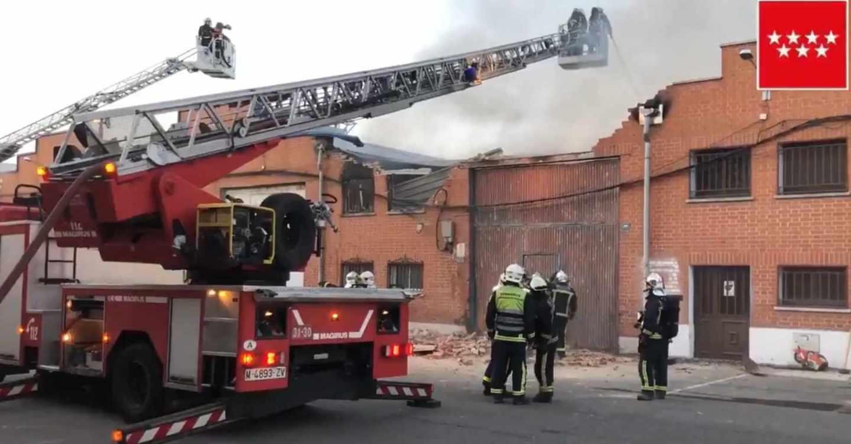 Bomberos trabajan en la extinción de un incendio en una nave de Humanes (Madrid).