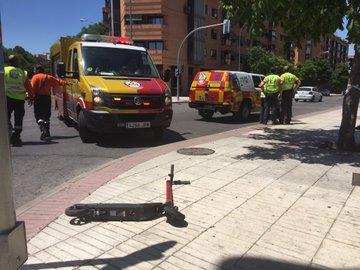 Patinete en el lugar del accidente, en San Blas (Madrid)