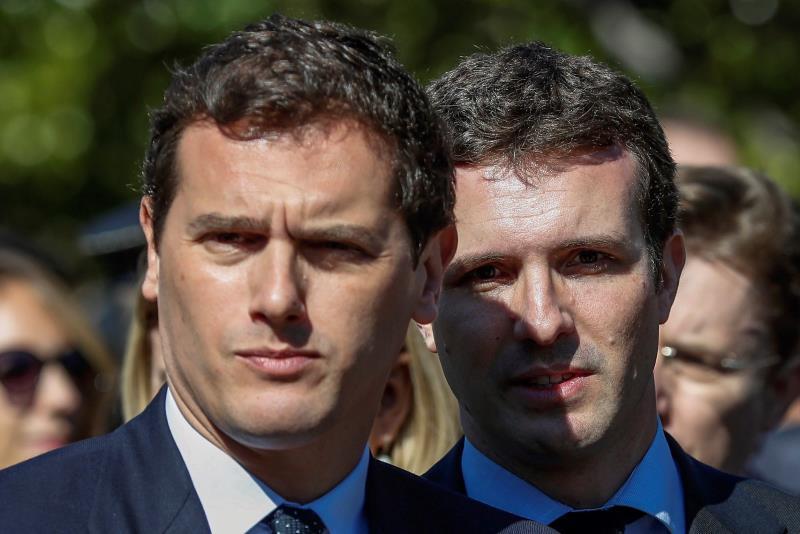 El líder de Ciudadanos, Albert Rivera, junto a su homólogo del PP, Pablo Casado
