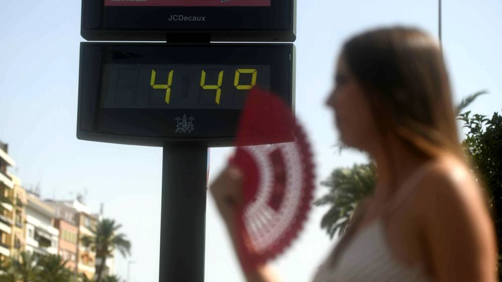 Fotografía de archivo de un termómetro a 44ºC