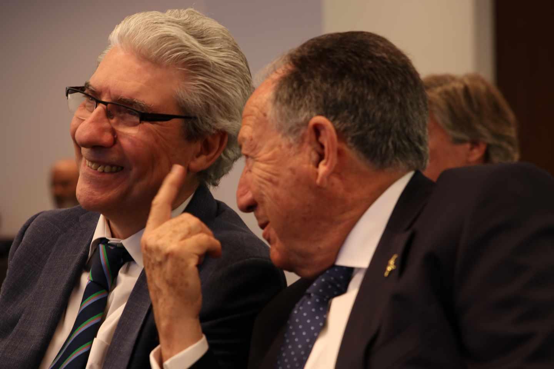 Sanz Roldán y García-Abadillo charlan durante el evento