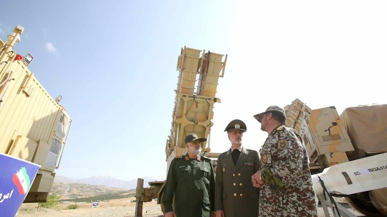 El ministro iraní de Defensa, Amir Hatami, en el centro, muestra un nuevo sistema de defensa área, de fabricación nacional, con el trasfondo de la tensión con Estados Unidos.