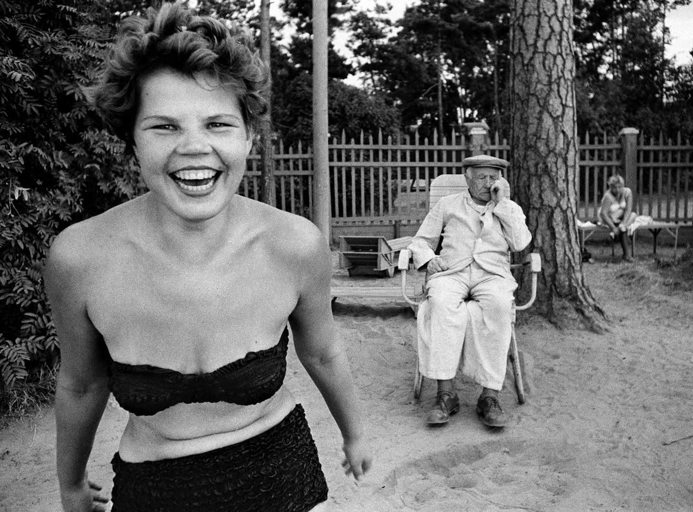 William Klein. Chica en bikini en la playa del rio de Moscu 1959 en fundacion telefonica