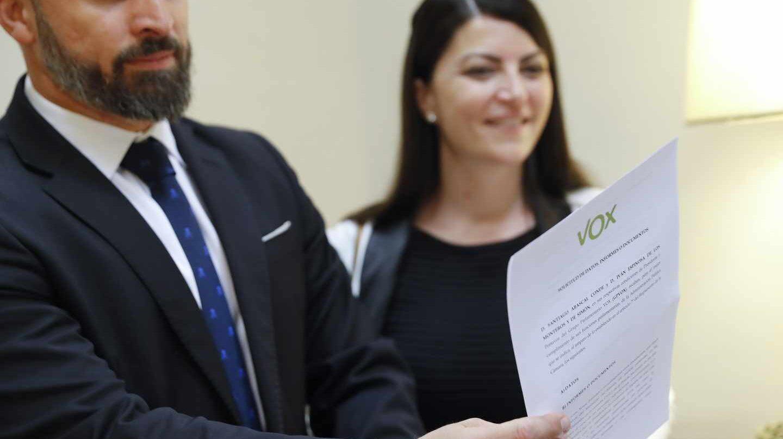 El líder de Vox, Santiago Abascal (i), y la secretaria general del grupo parlamentario, Macarena Olona (d).