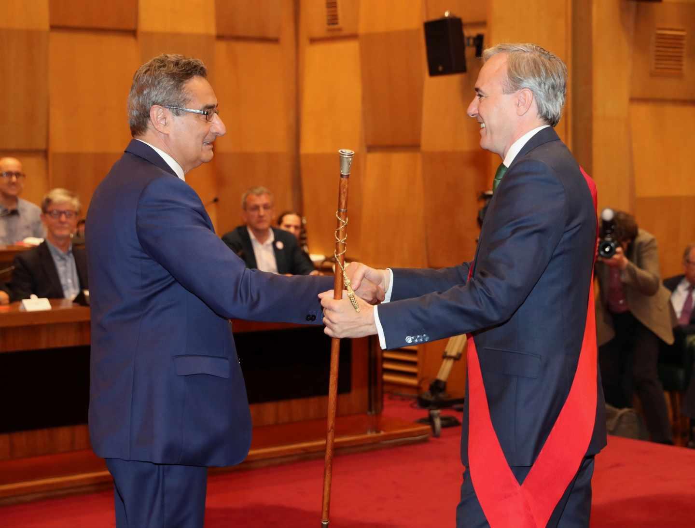 El nuevo alcalde de Zaragoza, Jorge Azcón (PP), recoge la vara de mando de manos del concejal de Vox Julio Calvo.