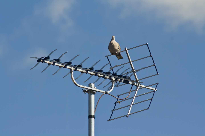 Una antena de televisión en una comunidad de vecinos.