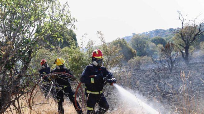 Un bombero trabaja en el incendio de Cadalso (Madrid).